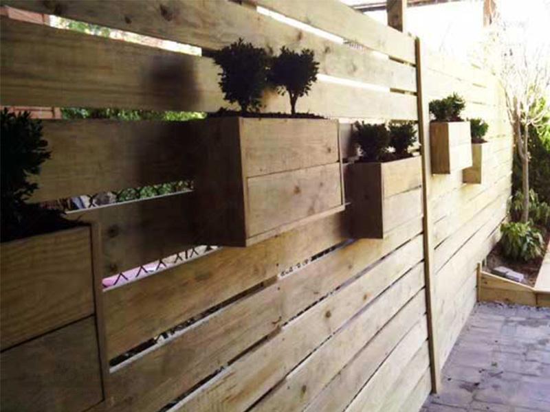 گلدان و شبکه چوبی